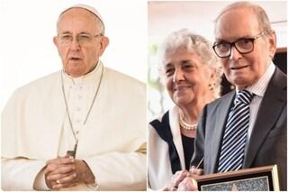 """Papa Francesco telefona alla vedova di Ennio Morricone: """"Prego per voi"""""""