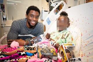 Chadwick Boseman malato di cancro al colon da 4 anni, nel 2018 la foto con la piccola paziente