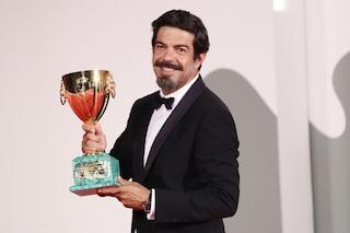 """Pierfrancesco Favino: """"Dedico la coppa Volpi a tutte le stelle del cinema che ancora nasceranno"""""""