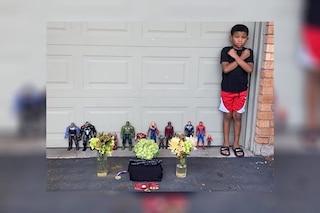 Chadwick Boseman, Kian di 7 anni organizza un funerale con i giocattoli: la foto è virale