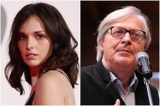 """Sgarbi si avvicina a Sara Serraiocco, l'attrice si arrabbia: """"Rispettiamo le distanze e i malati"""""""
