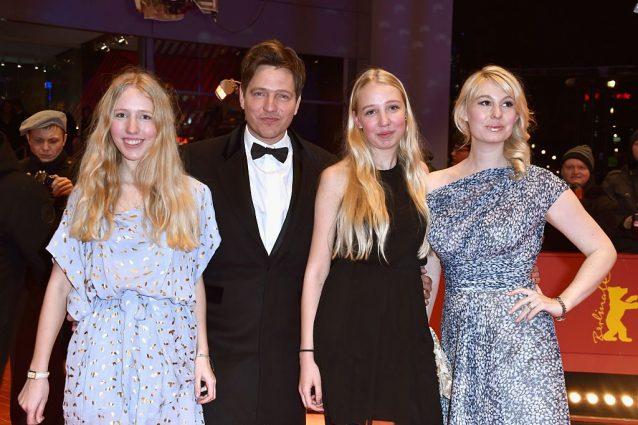 Thomas Vinterberg con le figlie Nana e Ida (a destra) con l'attrice Helene Reingaard Neumann