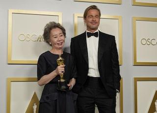Yuh Jung Youn e Brad Pitt, la coppia più bella degli Oscar 2021