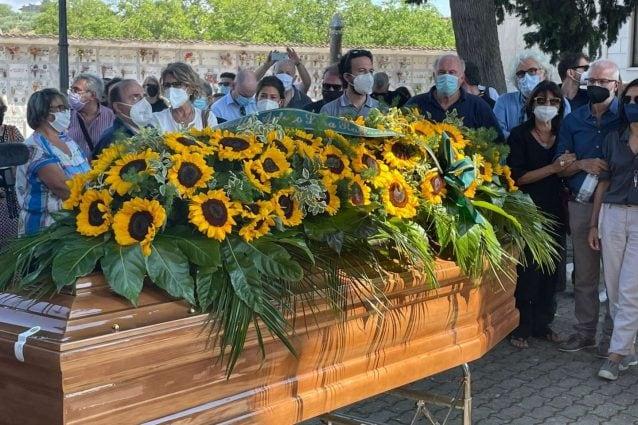 Commozione ai funerali di Libero De Rienzo: funzione intima e breve, la bara ricoperta di girasoli