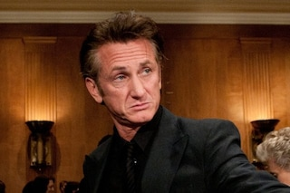 """Sean Penn sui no vax: """"È come andare in giro a puntare una pistola in faccia a qualcuno"""""""