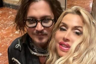 Il selfie stellare di Valeria Marini e Johnny Depp: Sandra Milo in brodo di giuggiole