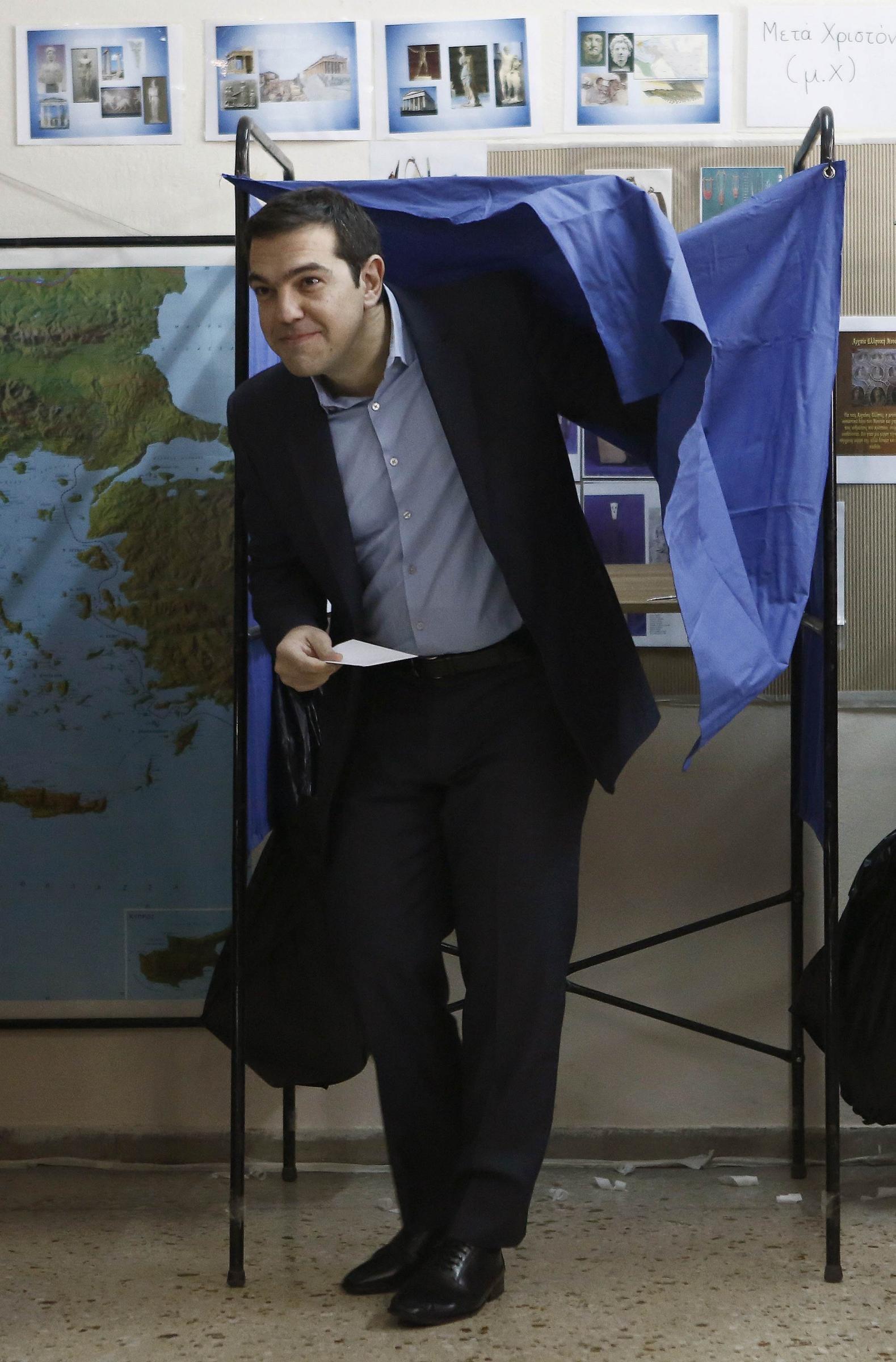 Tsipras esce dalla cabina elettorale