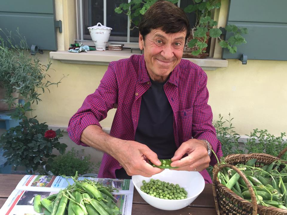 Gianni Morandi che sgrana piselli