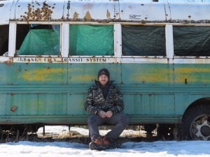 "Edoardo di fronte al ""Magic Bus"" - Foto: Mente Nomade"