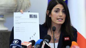 Virginia Raggi mostra la ricerca universitaria durante la conferenza stampa (credit photo: il corriere dello sport)