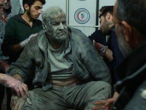 Un ferito siriano salvato dalle macerie arriva in un ospedale di fortuna nella parte orientale di Ghouta. Fotografia: Hamza Al–Ajweh / AFP / Getty Images
