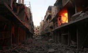 Il fuoco si propaga in un edificio dopo un bombardamento. Fotografia: Qusay Noor / agenzia Anadolu / Getty Images