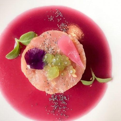 Tartare di tonno fresco, zenzero papavero, sferificazione di prezzemolo e estratto di cipolla rossa alla base del piatto