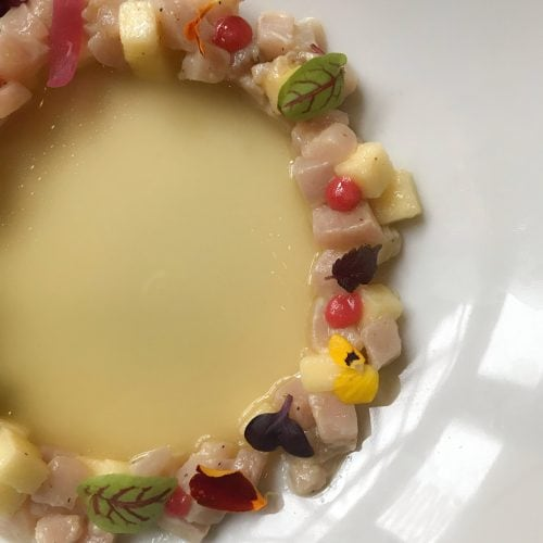 Tartare di spada con mela verde marinata alla menta, gel di aceto di Ribes e polvere di amarena accompagnata da un estratto di mela verde