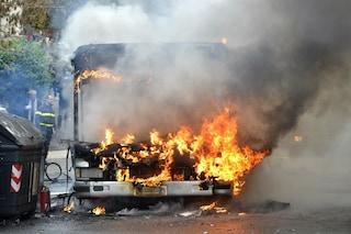Frosinone, pullman viene avvolto dalle fiamme: l'autista riesce a mettersi in salvo