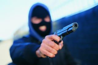Roma, rapina al Conad: ladro minaccia i clienti con una pistola, prende i soldi e fugge via