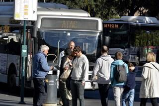 Roma, lo accerchiano e provano rubargli un portafoglio con dentro mille euro: arrestati