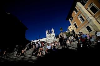Vietato sedersi sulla Scalinata di Trinità dei Monti: multe fino a 400 euro