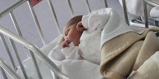 Aprilia, neonata ricoverata con morsi e costole rotte: trasferita e allontanata dai genitori