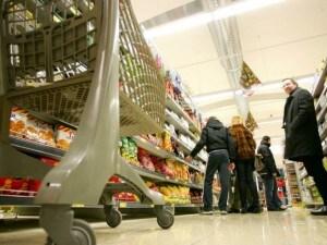 Roma, 90enne ruba tiramisù al supermercato e viene fermato dai vigilanti: la polizia glielo compra