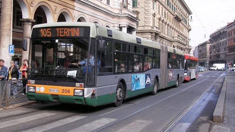 Autobus 105 in partenza dalla stazione di Roma Termini (Wikipedia).
