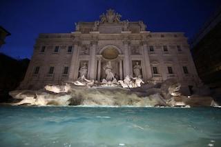 Le fontane di Roma come spiagge: multati tre turisti che facevano il bagno