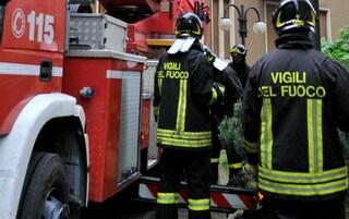 Contro il guardrail sul viadotto, anziani in bilico nel vuoto con l'auto: salvati dai pompieri