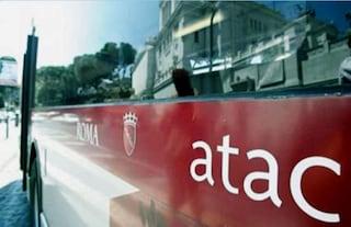 Roma, autista Atac picchiato da ubriaco a piazzale del Verano: l'aggressore è fuggito