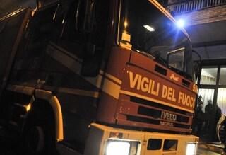 Incendio in un palazzo di via Laurentina: 2 poliziotti intossicati nell'evacuazione