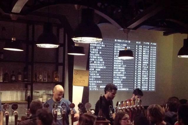 Una serata al Luppolo Station, col menù delle birre a tabellone.