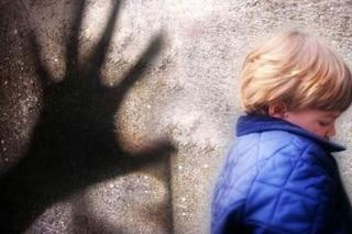 Fiuggi, pedofilo abusa minorenne per un anno e lo filma: in casa aveva materiale pedopornografico