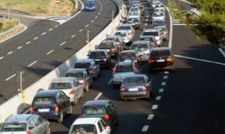 Tre incidenti sul Raccordo in una mattinata: un'auto ribaltata, rallentamenti, code chilometriche