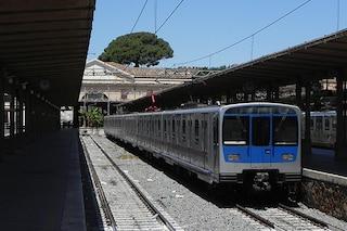 Panico sul trenino Roma-Lido, ragazzo trans aggredito minaccia suicidio e tira il freno d'emergenza