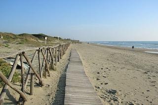 In zona rossa va in spiaggia nudista a Capocotta, multato un uomo