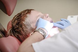 Falso dentista scoperto a Roma: operava i pazienti in casa senza laurea