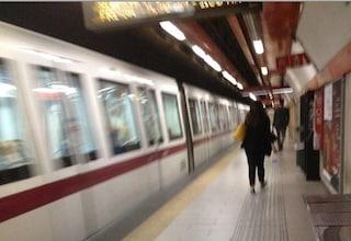 Rom picchiata in metro, una donna cerca di fermare il pestaggio: i passeggeri la insultano