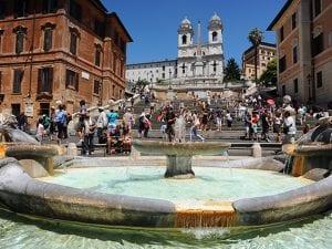 Piazza di Spagna a Roma, con alle spalle la scalinata di Trinità dei Monti e la Barcaccia avanti