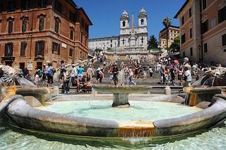 Roma, turiste russe si mettono a ballare sulla fontana della Barcaccia e poi picchiano i vigili
