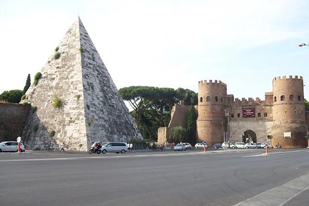 La Piramide Cestia a Roma