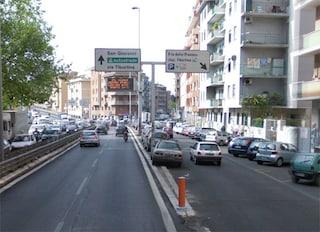 Roma, lancia pietre sulla tangenziale contro auto e bus: arrestato