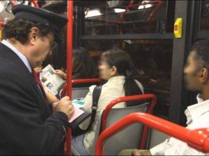 Un controllore Atac al lavoro su un bus di Roma