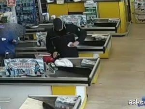 """Milano, commessa del supermercato sventa rapina: """"Non fare cavolate, anche io ho bisogno di soldi"""""""
