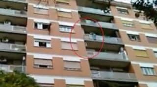 Roma, tentato suicidio: uomo si lancia dal balcone, ma una tenda da sole lo salva