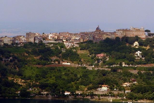 Vista di Castel Gandolfo dal Lago di Albano (Wikipedia).