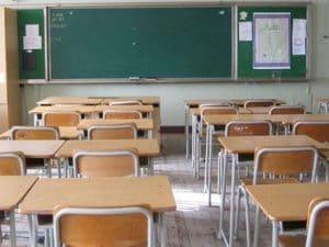 Due studenti svuotano l'estintore a scuola per evitare un'interrogazione: denunciati