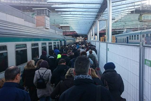 Pendolari in attesa di salire sul treno Roma-Tivoli (Facebook).
