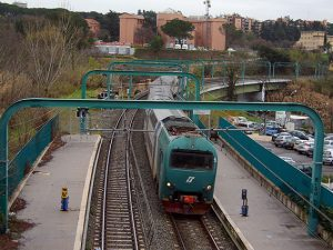 Treno in transito in una stazione della linea FL3 (Wikipedia).
