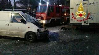 Incidente stradale a Montefiascone, scontro tra auto e furgone: due giovani feriti, uno è grave