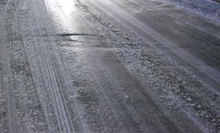 Strade ghiacciate in molte zone di Roma: disagi e chiusure