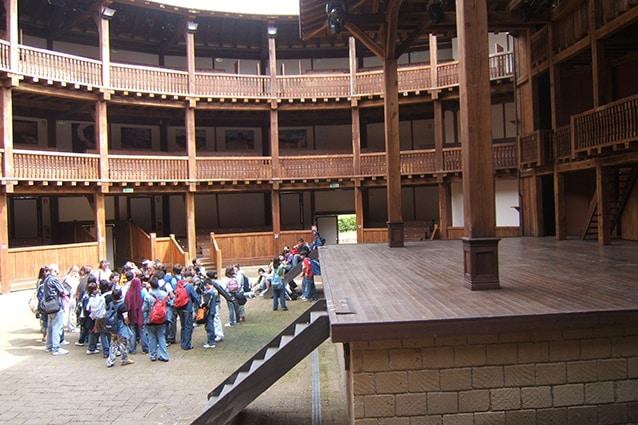 Interno del Silvano Toti Globe Theatre (Wikipedia).